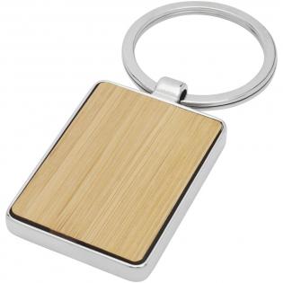 Rechteckiger Schlüsselanhänger in Premiumqualität aus Bambus mit Metallgehäuse aus Zink Legierung, geliefert in einem braunen Umschlag aus recycletem Kraft-Papier. Die Größe des Schlüsselanhängers beträgt 5 x 3 cm. Hergestellt für Lasergravur.