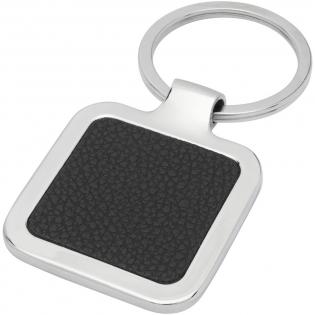 Porte-clés carré de qualité supérieure en PU noir avec habillage métallique en alliage de zinc, livré dans une enveloppe en papier kraft brun. La taille du porte-clés est de 4 x 5 cm. Adapté à la gravure, qui fera apparaître le logo en argent.
