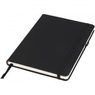 Het Noir-notitieboek heeft een zachte, zwarte omslag van PU voor een tastbare afwerking. Elk notitieboek heeft een gekleurd sluitbandje, penlus en bladwijzer. Het notitieboek bevat 96 bladen (70g/m2) crèmekleurig lijntjespapier.