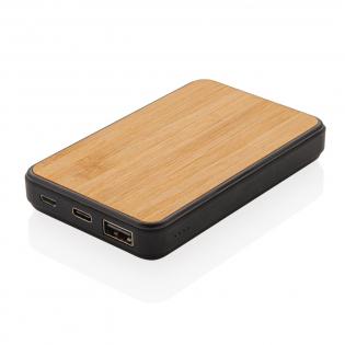 Powerbank 5000 mAh en bambou naturel et ABS avec finition gomme. Une fois chargée elle permet 3 charges complètes de votre téléphone. L'indicateur de puissance vous indique l'énergie restante et vous permet de savoir quand recharger. Entrée Micro-USB : 5V/2A. Entrée Type-C 5V/2A Sortie USB 5V/2A.