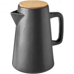 Fabriquée en céramique avec une belle finition mate, cette carafe est idéale pour servir des boissons rafraîchissantes. La capacité volumétrique est de 1,3 litre.
