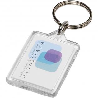 Porte-clés transparent Y1 rectangulaire avec anneau fendu en métal. L'anneau en forme de boucle métallique présente un profil plat idéal pour les envois. Dimensions de l'insert pour impression: 3,5 cm x 2,4 cm.