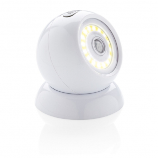 Lampe en ABS à LED COB puissante avec base magnétique. Cette lampe possède un capteur qui détecte le mouvement et s'allume lorsque des déplacements sont détectés dans un environnement sombre. La base peut être fixée sur n'importe quelle surface lisse au moyen de ruban adhésif double-face 3M collé sur le dessous. Des aimants maintiennent la lampe sur la base.  Elle peut être orientée dans n'importe quelle direction pour éclairer exactement ce que vous voulez. Piles incluses.