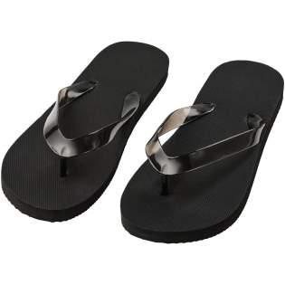 Ensemble de sandales de plage confortables dans une large gamme de couleurs avec semelle en polyéthylène et sangle en PVC. Livrées en deux tailles différentes: M 36-38 et L: 42-44. Il s'agit d'un accessoire très utile pendant la saison estivale. En raison de la nature et de l'utilisation du produit, tout logo appliqué est exposé à l'usure.