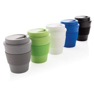 Mug 350ml en PP recyclable, couvercle à vis et bandeau de protection en silicone. Convient pour les boissons froides et les boissons chaudes jusqu'à 100 degrés. Passe au lave-vaisselle et au micro-ondes.