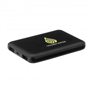 Batterie externe en ABS de petite taille, légère et très puissante avec un batterie au lithium polymère intégrée (5000 mAh). Cette batterie externe se glisse facilement dans votre poche pour que vous puissiez la transporter facilement où que vous alliez. Malgré sa petite taille, vous disposez de suffisamment de puissance pour recharger votre téléphone 3x. Entrée de 5 V / 2 A. Double sortie : 2 x 5 V / 2 A. Comprend un câble de charge micro-USB (2 A) de 50 cm de long et un mode d'emploi. Par pièce dans une boîte.