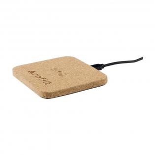 10W Drahtloses Ladegerät aus umweltfreundlichem Kork. Mit Kontrollleuchte. Kompatibel mit allen QI-Geräten wie der neuesten Generation von Android, iPhone 8 und höher. Eingang: 5V/2A. Leistung: 5/2A-10W. Inkl. PVC-freiem TPE-Micro-USB-Ladekabel (120 cm) und Gebrauchsanweisung. Wird einzeln in einem Kraftkarton geliefert.