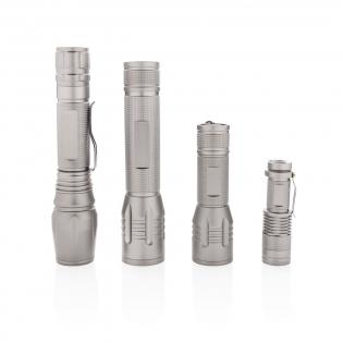 Diese robuste und widerstandsfähige Taschenlampe verfügt über ein sehr helles Licht, welches auch unter schwierigsten Wetterbedingungen zuverlässig einsetzbar ist. Die langlebige Aluminium Taschenlampe ist IPX4 wasserbeständig und stoßfest bis zu 1m Fallhöhe. Die Taschenlampe leuchtet mit einer Helligkeit von 250 Lumen und kann bis zu 6h genutzt werden. Der Lichtstrahl ist einstellbar auf eine breitflächige Beleuchtung oder auch fokussierbar. Inklusive Gürtelclip und Batterien für den sofortigen Gebrauch.