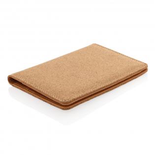 Hergestellt aus stylischem Kork und mit RFID schützendem Material. So bewahren Sie Ihre Karten sicher auf und schützen sich so vor elektronischem Diebstahl. Mit 3 Kartenfächern sowie einem großen Fach für weitere Belege oder Tickets.