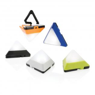 Lampe en forme de triangle en ABS durable avec un crochet escamotable qui peut être utilisé pour l'accrocher n'importe où et de 2 aimants pour fixation sur des surfaces métalliques. La lumière peut être réglée en 3 modes : forte, faible et urgence.
