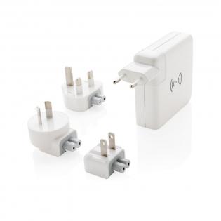Dieser Reiseadapter ist nicht nur schick sondern bietet auch Komfort und Funktion. Mit dem Reiseadapter können Sie Ihre Geräte fast auf der ganzen Welt laden. Der Reiseadapter ist einzigartig, denn Sie können ihn unterwegs auch als Powerbank nutzen! Der Reiseadapter verfügt über 3 USB Ports und einen Type-C Port mit einem totalen Output von 4.2A. Die Powerbank mit 6.700mAh kann Ihr Smartphone bis zu 3 mal laden.  Sobald der Adapter an den Strom angeschlossen wird, beginnt die Powerbank sich automatisch zu laden. Der Reiseadapter bietet Ihnen Stecker für die EU, UK, USA und Australien. Inklusive Mikrofasertasche. Wireless-Charging Output: 5V/1A 5W. Input: AC 100-2450V 50/60HZ. Output: 5V/4.2A. Verkauf in die Schweiz nicht möglich.