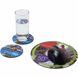 Besteht aus einem Q-Mat® Mousepad und einem Set aus zwei passenden Untersetzern versehen mit Ihrem Firmendesign. Das Set besteht aus einem runden Mousepad (0,3 x ø 20 cm) und zwei runden Untersetzern (0,3 x ø 9,8 cm).