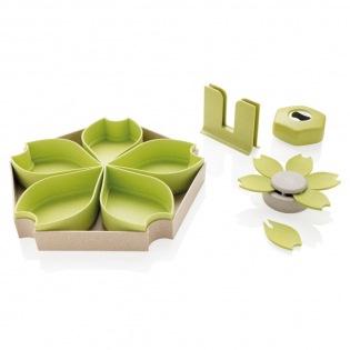 Set à tapas 4 pièces en fibre de blé biodégradable. Une alternative intelligente et écologique au plastique. Le set comprend : 1 plateau avec 5 petits bols empilables, 1 pot à cure-dents, 1 ouvre-boite et 1 jeu de 6 fourchettes en forme de fleur.