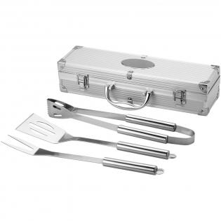 Spatule, pince et fourchette dans une valisette en aluminium, disposant d'une plaque pour la gravure.