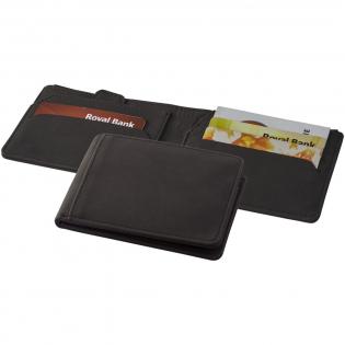 Portemonnee met RFID bescherming en geheime vakken zoals een verborgen sleutelvakje, een verborgen achterpaneel voor extra contant geld, vakje voor extra kaarten met gemakkelijke toegang met een treklus, vier kaartsleuven, een voorvak evenals een muntvakje. Gepresenteerd in een Marksman geschenkverpakking.