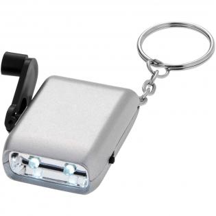 Wit, dubbel LED-licht met aan-/uitschakelaar. Werkt ook op dynamo, dus altijd licht. Metalen sleutelring. Inclusief batterij.