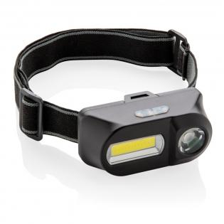 Lampe frontale en ABS à double tête avec une lumière COB de 180 lumens, parfaite pour éclairer une zone proche, et une lumière LED de 90 lumens pour éclairer les zones plus éloignées (jusqu'à 80 mètres). Les deux lampes ont trois modes : brillant, faible et clignotant.  Avec un bandeau élastique réglable de 42 cm pour porter l'article sur la tête ou sur un casque. Piles incluses pour une utilisation directe.