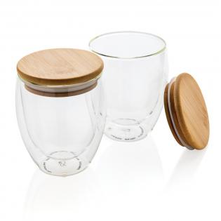 Dieses doppelwandige Borosilikatglas mit Bambusdeckel hat ein schlankes 2-Lagen-Design, das all Ihre Lieblingsgetränke so richtig schön zur Geltung kommen lässt! Egal was Sie servieren, ob heißen Cappuccino, Tee oder Latte, Ihre Hand bleibt kühl. Es wird empfohlen, das Glas und den Bambusdeckel von Hand zu waschen. Kapazität 350ml. BPA frei.