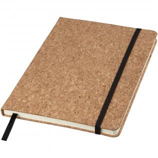 Een A5-formaat notitieboek met kurken omslag, zwart elastiek en bladwijzer. Bevat 80 bladen van 70 g/m2 lijntjespapier.