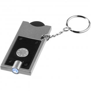 Porte-clés avec LED et jeton en plastique de la taille d'un euro avec trou de 6 mm de diamètre et porte-jeton. Anneau métallique fendu de 25mm de diamètre. Piles fournies et insérées.