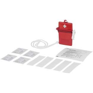 Tampon de gaze, 2 compresses à alcool, une lingette antiseptique et 5 pansements dans une boite transparente rouge avec tour de cou. Conforme à la norme EN13485.