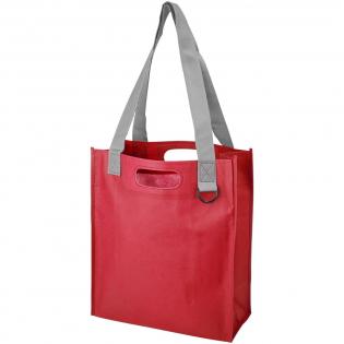 Ce sac PP non tissé durable est parfaitement conçu pour être utilisé lors d'expositions, de conférences et d'événements. D'une taille parfaite pour stocker des documents, une boucle en plastique pour attacher des laissez-passer, des poignées solides et une poche latérale pour les stylos.