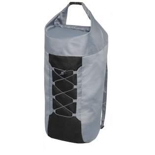 Compacte en lichte opvouwbare rugzak. Groot hoofdvak met gespsluiting in de kleur zwart. Voorzien van een verstelbaar koord in het voorpaneel, verstelbare banden en een klein vakje aan de binnenkant waarin de tas kan worden gevouwen en opgeslagen.