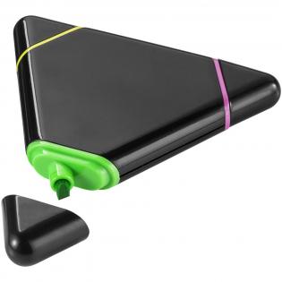 Surligneur en forme de triangle avec pointe biseautée en jaune, rose et vert.