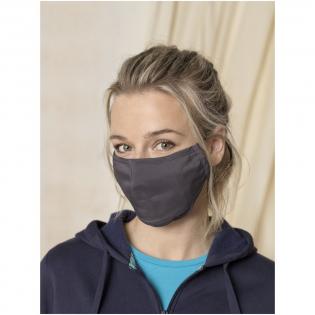 Masque facial à deux couches. Poche pour filtre supplémentaire (filtre non inclus). Barrette nasale en métal. Sangles élastiques avec butée réglable. Forme ergonomique pour protéger la bouche et le menton. Lavable à 60degrés. Contient 94% de polyester recyclé léger et confortable certifié et 6% d'élasthanne. La certification GRS garantit une chaîne d'approvisionnement 100% certifiée. L'utilisation de ce masque est exclusivement réservée à des fins non sanitaires. Ce dispositif n'est pas un dispositif médical dans le sens de la réglementation UE/2017/745 (masques chirurgicaux) ni un équipement de protection individuelle dans le sens du règlement UE/2016/425 (comme les masques filtrants de type FFP2 ou FFP3). Ce produit n'est pas adapté à un usage médical et ne protège pas contre les infections.
