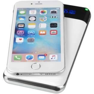 Diese Powerbank mit einer Kapazität von 10.000 mAh und LED-Anzeige sorgt dafür, dass Sie auch unterwegs nie mehr ohne Strom sind. Sie bietet die ideale Kombination aus kabellosem Ladegerät und leistungsfähiger Powerbank. Mit praktischer LED-Anzeige. Platzieren Sie Ihr Smartphone ganz einfach auf dem Symbol für das drahtlose Laden, um mit dem Laden zu beginnen. Zusätzlich können über die integrierten USB-Anschlüsse bis zu zwei Smartphones geladen werden. Nur mit Handymodellen kompatibel, die drahtloses Laden unterstützen. Zum Laden von iPhone-Modellen mit Drahtlostechnologie vor iPhone 8 ist eine externe drahtlose Ladeschale/Ladestation erforderlich. Verpackt in einer weißen Avenue Geschenkbox.
