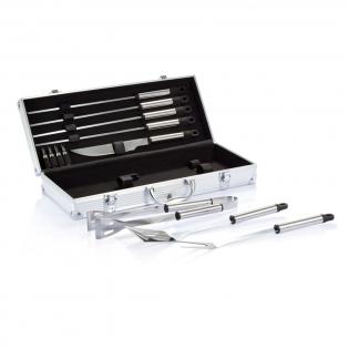 Set de 12 accessoires en acier inoxydable pour barbecue comprenant 4 brochettes, 1 couteau à découper, 4 supports à maïs, 1 spatule, 1 fourchette à découper et 1 pince. Livré dans un coffret aluminium avec poignée et système de fermeture.