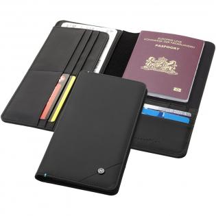 Les cartes de crédit, passeports et autres identifiants intègrent des puces RFID. Ce portefeuille de voyage au design exclusif intègre une couche interne bloquant les émissions RFID. Ce portefeuille de voyage est doté de dix fentes pour cartes de crédit, de deux grandes pochettes réglables, d'une pochette de passeport, d'un passant pour stylo et d'une pochette de rangement de carte SIM. Présentation dans un coffret cadeau Marksman. Accessoires non fournis.