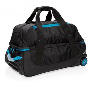 Ce sac en PU 600D est le sac outdoor par excellence. Grand compartiment principal de 84 litres à fermeture à zip. Une multitude de pochettes internes et poche en maille à fermeture à zip. Poignée du système de trolley en aluminium de couleur assortie.