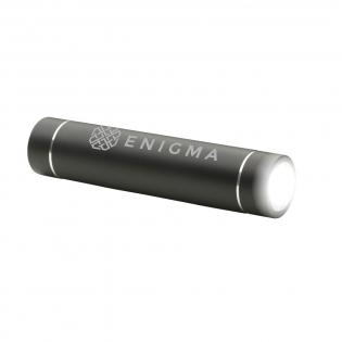 Compacte, aluminium powerbank met dubbele functie: zaklamp met felwit LED-licht. Powerbank met ingebouwde lithium batterij (2600 mAh/3.7V). Input: 5V-1A. Output: 5V-1A. Met bijgeleverde USB-kabel met op te laden via USB. Geschikt voor het opladen van de meest gangbare mobiele apparaten. Incl. gebruiksaanwijzing.