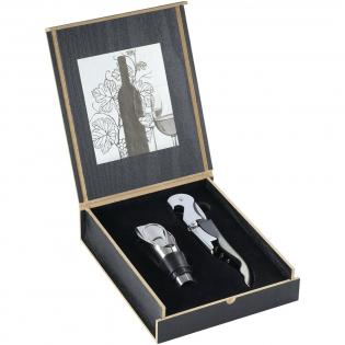 Tweedelige set, bestaande uit een sommeliersmes en een schenktuit/stopper in een houten cadeaukistje met logoplaat. Exclusief ontwerp.
