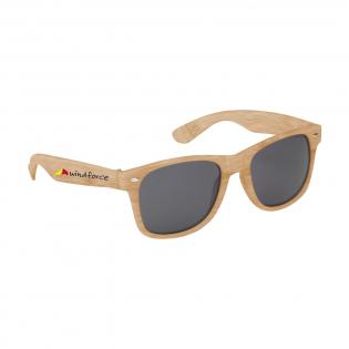 Klassiek model zonnebril in bamboo look. Biedt UV 400 bescherming (volgens Europese normen).