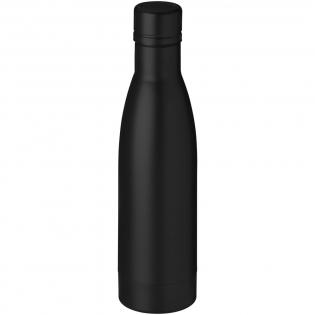 Halten Sie Ihre Getränke für 12 Stunden heiß oder 48 Stunden kalt mit der Vasa Kupfer Vakuum Isolierflasche. Doppelwandig und aus rostfreiem Edelstahl 18/8 mit Vakuumisolierung und einer kupferplattierten Innenwand hergestellt, sodass Ihr Getränk je nach Ihren Anforderungen heiß oder eiskalt gehalten wird. Volumen 500 ml. Verpackt in einer Avenue Geschenkbox.