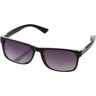Retro zonnebril met categorie 3 glazen met UV 400 bescherming. Inclusief een imitatieleren etui met metalen veersluiting en reinigingsdoekje. Verpakt in een Slazenger geschenkverpakking. Polycarbonaat montuur en acryl glazen.