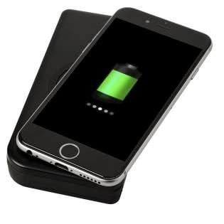 De Umbra powerbank bevat een 10.000 mAh Grade A lithium-polymeer batterij, draadloze oplaadverzender/-ontvanger en een 3-in-1 geïntegreerde kabel voor alle Apple® iOS en Android apparaten. Opladen kan zowel draadloos als met een kabel. De powerbank zelf kan worden opgeladen met de geïntegreerde USB A-kabel,of plaats de powerbank op een draadloos oplaadstation/oplader voor draadloos opladen. Kabel output van 5V/2A, draadloze input van 5V/0,8A, draadloze output van 5V/1A. Ondersteunt draadloos opladen tot 1A voor apparaten die draadloos kunnen worden opgeladen. Voor apparaten die geen ondersteuning bieden voor draadloos opladen, is een externe draadloze oplaadontvanger of ontvangstkast vereist. Micro USB-oplaadkabel inbegrepen. Werkt ook met de meeste telefoonhoesjes om de telefoon.