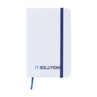 Praktisches und handliches Notizbuch im Format A6. Mit ca. 80 Seiten 70 g cremefarbenem, liniertem Papier, hartem Umschlag, elastischem Verschlussband und Seidenlitze.