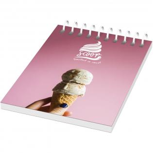 Desk-Mate® spiraal A7 notitieboek. Bevat 50 blanco vellen van 80 g/m2 papier, een glanzende kartonnen omslag (250 g/m2) en een transparante polypropyleen omslag van 450 micron. Full colour bedrukking mogelijk op kaartomslag en elk vel.