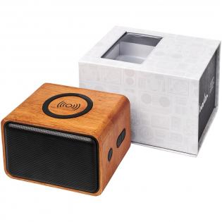 De houten Bluetooth® speaker is perfect voor op kantoor of thuis. De output van 3 Watt van de speaker produceert een helder geluid. Bovendien is het bovenste deel van de speaker een draadloos oplaadstation. Hij is geschikt voor het opladen van elk draadloos oplaadbaar apparaat. De ingebouwde 1200 mAh batterij zorgt ervoor dat muziek gedurende meer dan 6 uur kan worden afgespeeld. Ingebouwde muziekbediening en microfoon voor handsfree bellen. Bereik van Bluetooth® is 10 meter (33ft). Bluetooth®-versie 4.2. Gemaakt van hout. Daarom kan de uitstraling van elk artikel iets verschillen. Wordt geleverd in een Avenue geschenkverpakking.