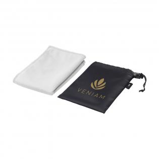 Speciale sport-/koelhanddoek in RPET pouch. De handdoek is gemaakt van 50% polyester en 50% gerecycled PET (afkomstig van gerecyclede PET-flessen). Na een dompeling in koud water biedt deze handdoek verkoeling tijdens sportieve activiteiten. Ideaal formaat (30 x 80 cm) om te gebruiken als nekkoeler. Geleverd in een handige RPET polyester pouch (afm 11,5 x 16,6 cm). Een milieuvriendelijk product voor een sportieve promotie.