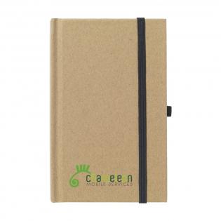 Umweltfreundlich. Notizbuch im A6-Format aus recyceltem Material. Mit ca. 80 Blatt cremefarbenem, liniertem Papier, praktischem Stiftfach und elastischem Verschluss.