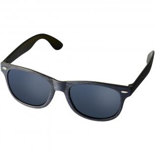 Sun Ray retrozonnebril met trendy gemêleerde afwerking. Voldoet aan EN ISO 12312-1 en UV-400, glazen zijn van klasse 3.
