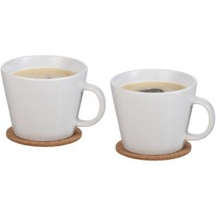 Ensemble de tasses de forme intemporelle. Les sous-tasses en liège protègent les surfaces des meubles des gouttes et de la condensation. La capacité de chaque tasse est de 275 ml, la sous-tasse mesure 8,2 cm de diamètre. Présenté dans une boîte cadeau Seasons.