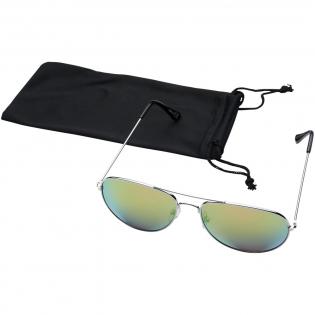 Klassiek vormgegeven zonnebril met trendy gekleurde spiegelglazen. Wordt geleverd met zakje van microvezel dat gebruikt kan worden als reinigingsdoekje. Voldoet aan EN ISO 12312-1 en UV-400, glazen zijn van klasse 3.
