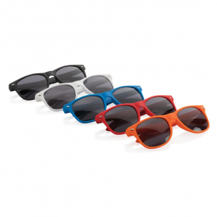 PP sunglasses with with UV 400 black AC lenses. Featuring metal screws in the hinges for extra stability.