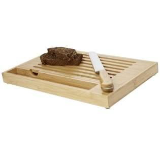 Bamboe snijplank inclusief broodmes met bamboe handvatten. Door het horizontale open patroon vallen kruimels in het blad eronder, waardoor je werkruimte of eettafel kruimelvrij blijft. Maat mes: 34 cm x 3 cm. De bamboe is afkomstig en geproduceerd volgens duurzame normen.