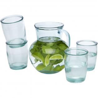 5-delige gerecyclede glazen set met een 2,3 liter pot en vier 430 ml kopjes. Gemaakt van 5 glazen flessen. Gerecycled glas wordt geproduceerd met minder energie, grondstoffen en toevoegingen, dan wat nodig is voor het maken van traditioneel glas.